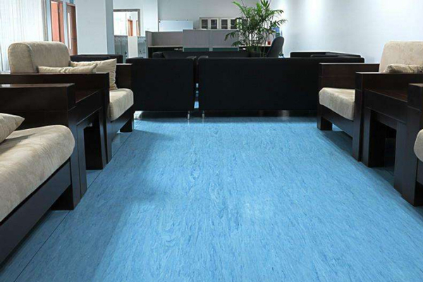 舒适办公环境少不了PVC地板养护,塑立得帮你耐磨抗划!